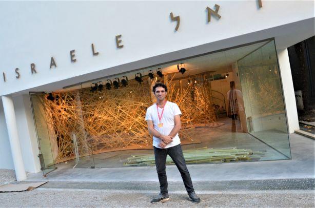 עמיר ברנר עומד לפני הביתן הישראלי בוונציה 2016