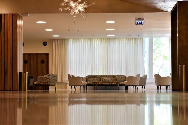 לובי האולם, תאורה רכה.