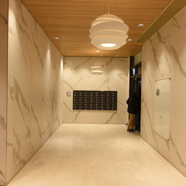 מסדרון שיש לבן, מואר באור-לא-ישיר הצובע את הקירות ברכות