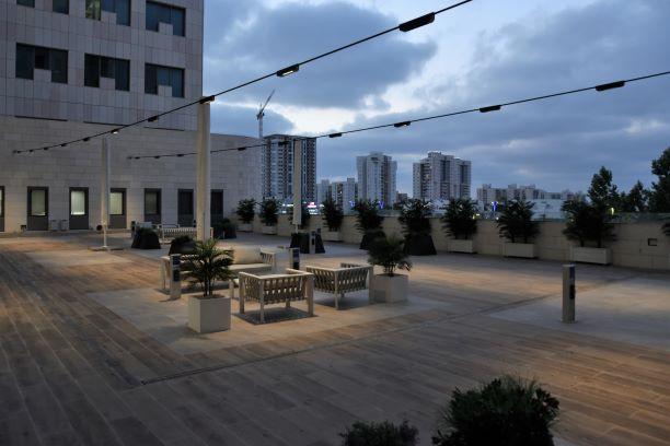 מרפסת בית היולדות מוארת באור רך בשעת שקיעה