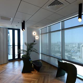 גופי תאורה דקורטיבים מהתקרה ומהקיר. פרקטיקה לצד אסתטיקה