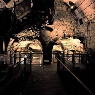 תמונה כוללת של שתי הקשתות מוארות בואר רך, הנותן עומק ועצמה לאבנים העתיקות