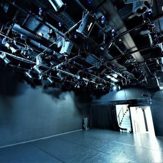 תאורת הבמה, פנסים חכמים התלוים על הצוגים על התקרה