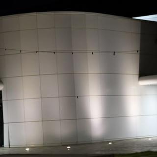 תאורה שוטפת קיר מעוגל של המבנה כלפי מעלה