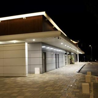 קו המתאר העליון של המבנה מואר ומדגיש את האדריכלות. גופי תאורה שקועי תקרה מאירים את הקו הדקמי של המבנה