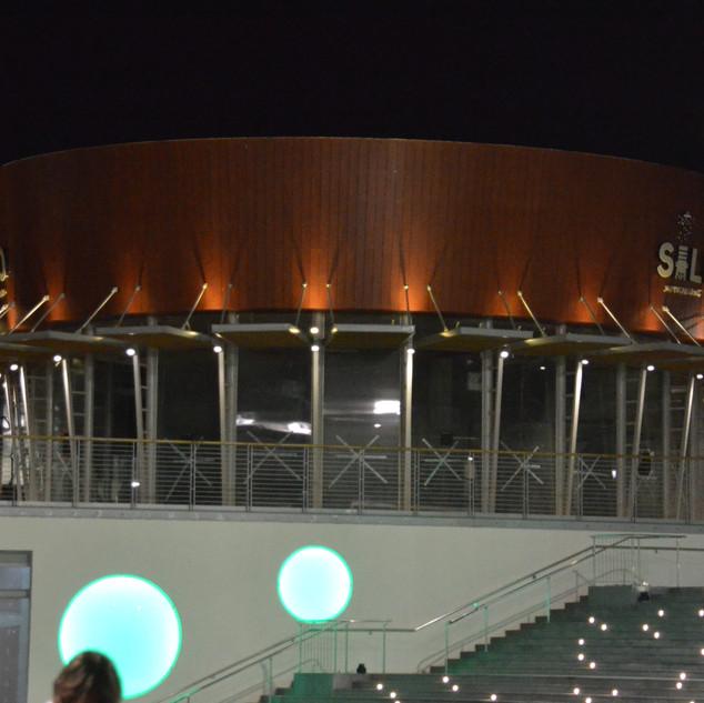 מבנה מעוגל, הנתמך על ידי עמודים דקורטיביים. בצקה העמודים תאורה עילית לכיוון גג המבנה, ותאורה כלפי מטה, להדגשת העמודים