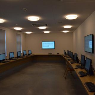חדר מידע, 9 גופי תאורה סימטריים על התקרה.
