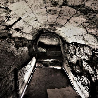 גומחת אבן בחדרים 20-21, מוארת מכיוון הרצפה באור בלתי ישיר
