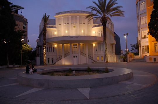 הבניין המתיולוגי של עריית-תל אביב - מואר מהמרפסת העליונה כלפי מעלה, ומהבלקון הקדמי - בגופי תאורה צמודי קיר.