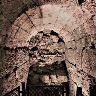 פתח שבעבר היה חלון, והוא חסום כולו באבנים, מואר באור רך מכיוון הרצפה.
