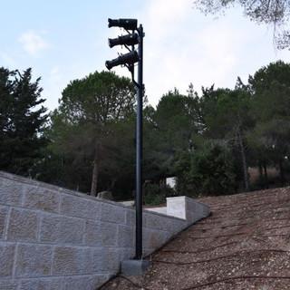 גופי תאורה ייחודיים המאירים את השער מרחוק