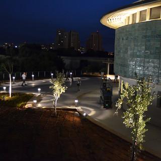 מבט מגבוה על המבנה והגן לידו. האור מצייר על רצפת הגן