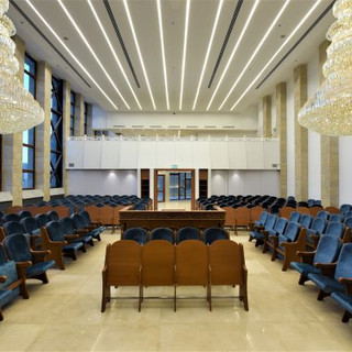 שני שנדלירים גדולים תלויים מהתקרה. האולם המרכזי.