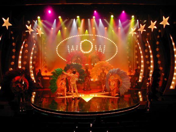 תאורה צבעונית וחגיגית על במת המופע