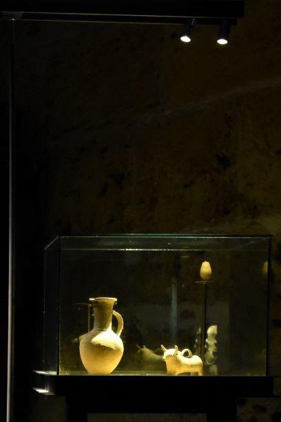 כד עתיק וכלי חרס מואר באור ממוקד