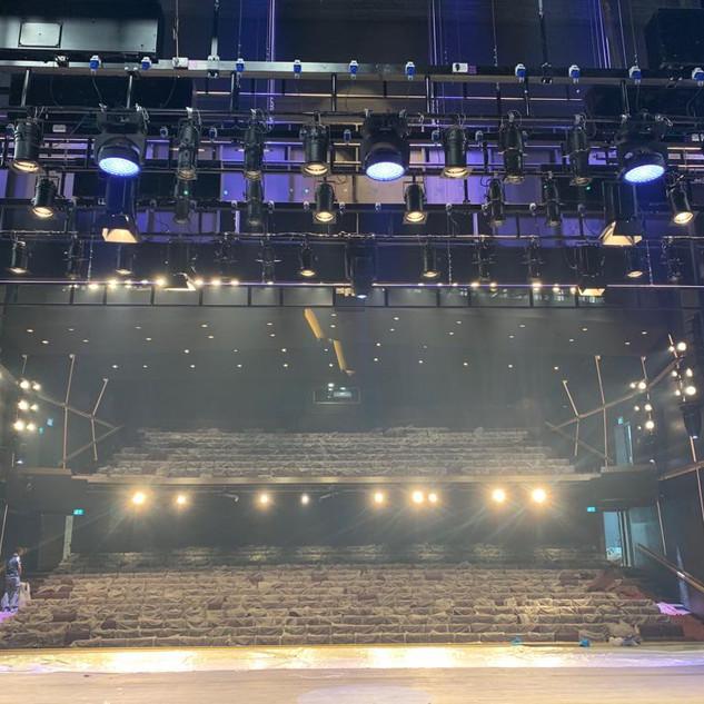 מבט על פנסי-התיאטרון של במת תיאטרון בית לסין