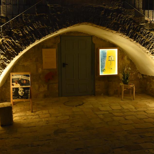 קשת-אבן בחזית בית הנסן, מוארת באור זהוב