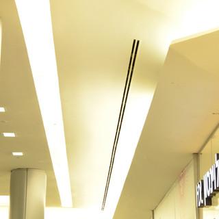 תאורת מסדרון. גופים שקועי תקרה חבויים ומאירים אור בלתי ישיר