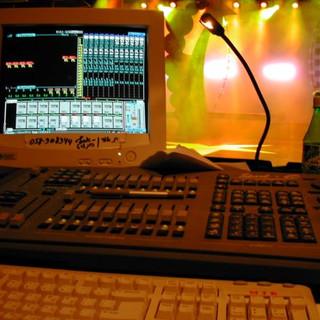 תמונת תקריב של מחשב התאורה, דגם חדיש של שנת 2002, עם קצת מהאור הבוהק על הבמה.