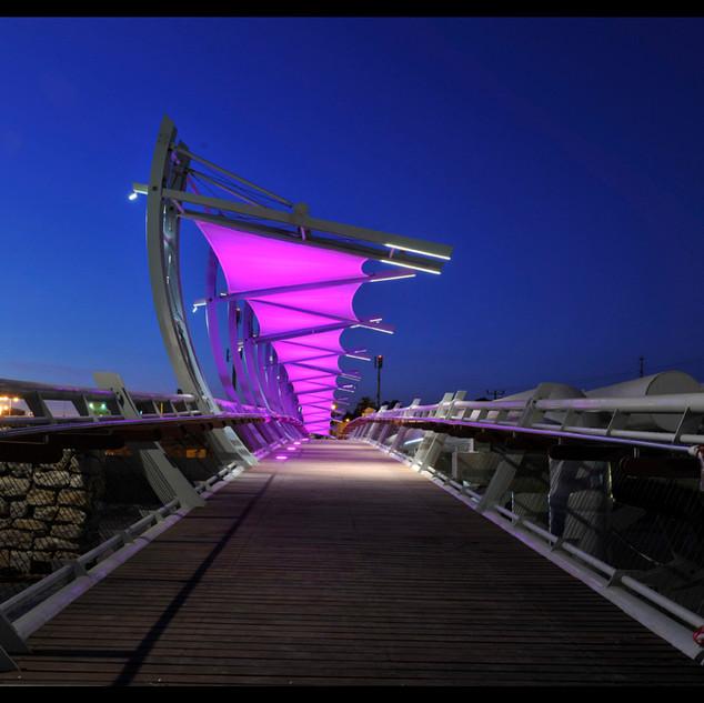 גשר הולכי הרגל - בשעתת ערב. בד ההצללה צבוע בסגול-לילך