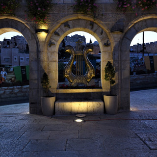 """שלושת קשתות הכניסה לגן הלאומי """"עיר דוד"""". תאורה רכה מלמטה, מדגישה את המבנה העשוי אבן ירושלמית"""