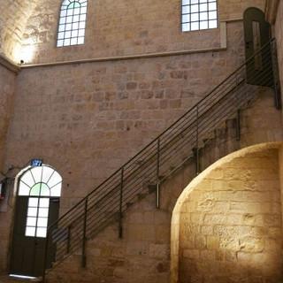 קיר פנימי במבנה העתיק. שילוב בין תאורה טבעית לאור החודר מבעד לחלונות