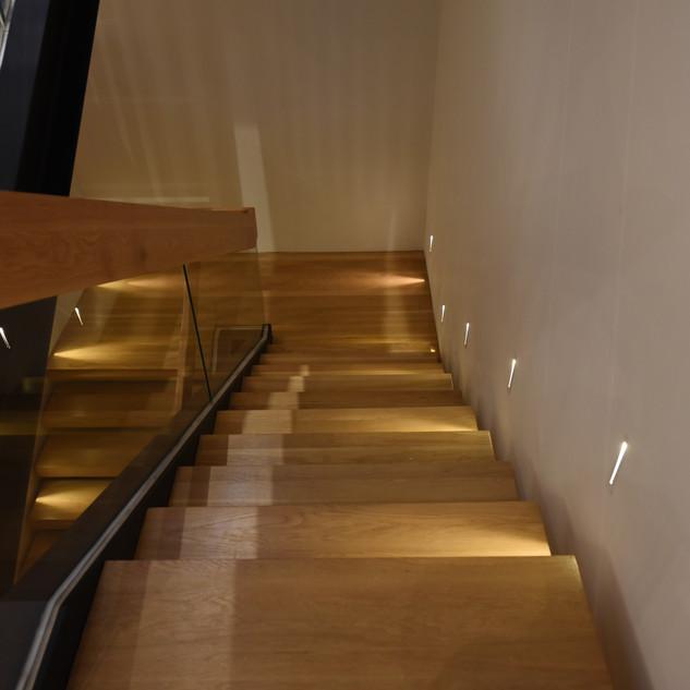 גרם המדרגות - מבט מלמעלה, גופי תאורה קטנים המאירים מהצד