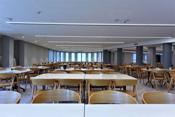 חדר האוכל המרכזי - תאורה נעימה ורכה מפוזרת שווה בשווה