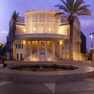 מבט על כיכר בית העירייה הישן של תל אביב. תאורה רכה על מרפסת הבניין, ומשני צידי גרם המדרגות