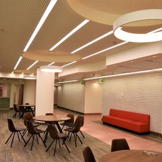 פינת עבודה ויצירה - מרחב מואר בשני סוגים של גופי תאורה
