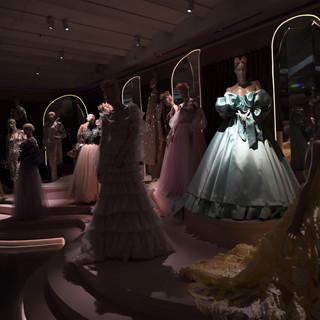 תאורת שעת-חצות, הדגשים של אור של השמלות ועל קווי  המתאר של התפאורה