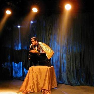 4 פנסים של אור אחורי מדגישים את הדמות היחידה הנמצאת על הבמה