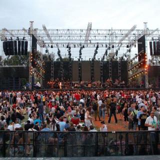 אחר-צהריים, הקהל נאסף בפארק. קונסטרוקציה של טראסים עליהם גופי תאורה ורמקולים גדולים.