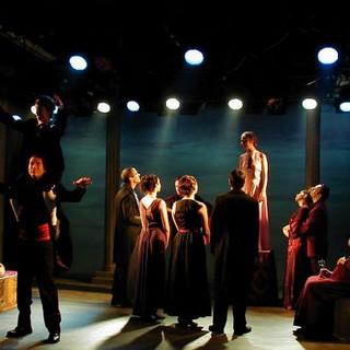 עומק מקסימלי לתמונת במה עוצמתית, בה חלק מהשחקנים עם הגב לקהל. אור-אחורי חזק, מדגיש את הצללים