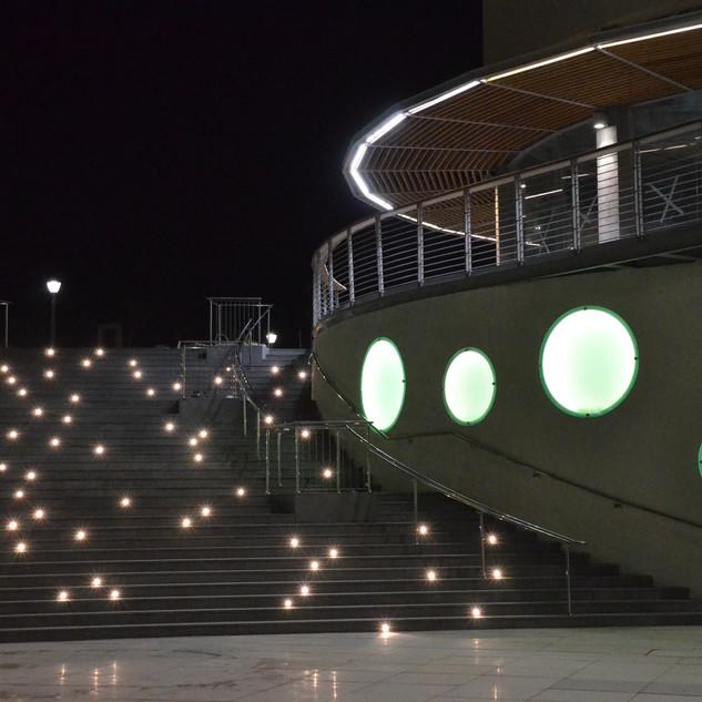 גרם מדרגות גדול ומתעקל. על דופן המדרגות גופי תאורה זעירים הנראים כמו כוכבים