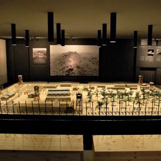 מבט מקדימה - דגם מחנה ההשמדה וגופי התאורה מעל