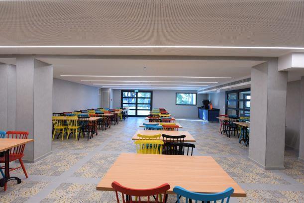 חדר האוכל המשני - מלא צבעוניות שובבה. גופי התאורה שקועים בתקרה.
