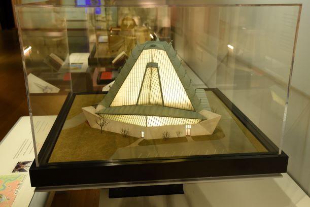 דגם בית הכנסת שכל הקיר שלו עשוי זכוכית. תאורת לד זעירה מאירה את הדגם מבפנים וגורמת לו לזרוח.