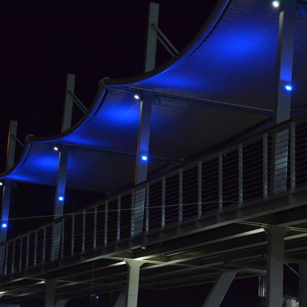 עמודי מרפסת מוארים באור כחלכחל