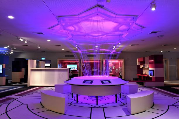 מרכז התערוכה, מגן דוד גדול על התקרה, אור סגול בהיר