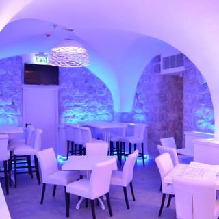 תאורה מתחלפת לאור סגלגל - באולם המרכזי של המסעדה