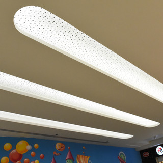 שלושה אלמנטים שקועים בתקרה, המוארים באור בלתי ישיר, ויוצרים מראה מעניין