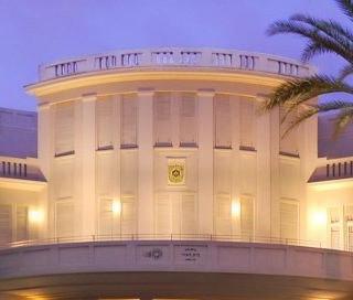 מרפסת הקומה השניה של בניין העירייה. גופי תאורה מודרניים בסגנון עתיק, המדגישים את קווי המבנה