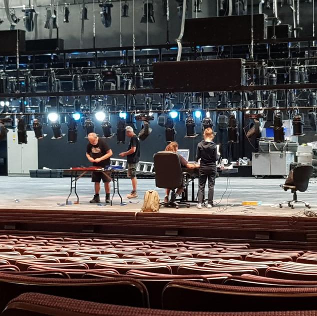 הקמת מערכת התאורה הקבועה על במת התיאטרון