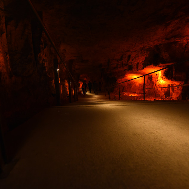 עומק המערה מואר באור רחוק, מזמין את ההולכים ללכת בעקבותיו