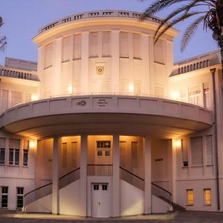 חזית בניין העירייה הישן, תאורה רכה המתכתבת עם התאורה התקופתית