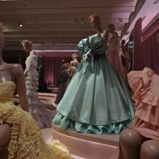 תאורה ייחודית על כל שמלה. עדי קרני, אישה בוורוד, בובה מאקו, קארין וילנסקי, מקרון מנטה גדול, ירון מינקובסקי שמלה מתכלה