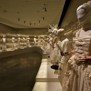 תאורה רכה וממוקדת. חידוש ההיסטוריה של הנשף. יצירה מחדש של בגדים היסטוריים: מוני מדניק. פיסול ראש ושיער: ויקטור בלאיש. אביזרים רות פילוסוף