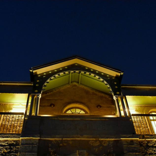 עלית הגג של חזית בית הנסן, פנסים מאירים את החלונות