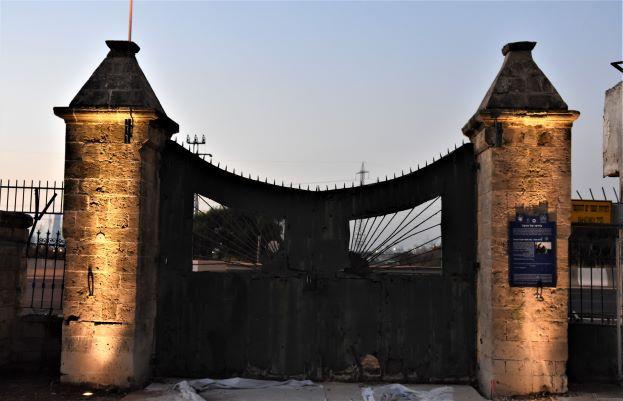 """שער הכניסה המפורסם לבית הספר מקוה ישראל. מואר ב""""אפ-לייט"""". מדגיש את עמודי השער"""